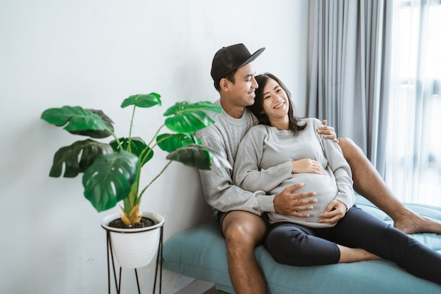 Беременная жена, опираясь на мужа
