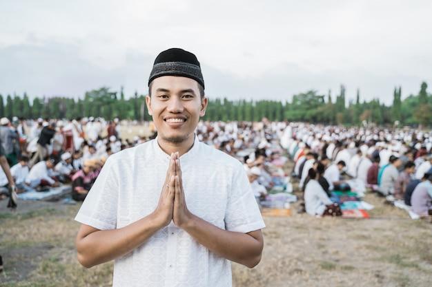 伝統的なジャワの服を着ているアジアの若い男