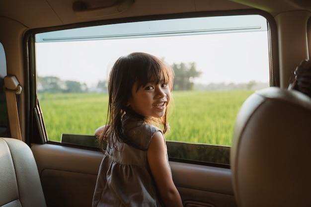 Малыш смотрит в окно автомобиля во время поездки