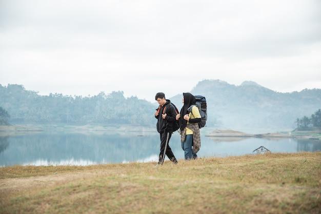バックパックとイスラム教徒のカップルの観光