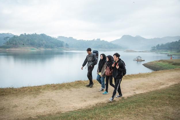 ハイキングに友人のグループは湖の景色を楽しむ