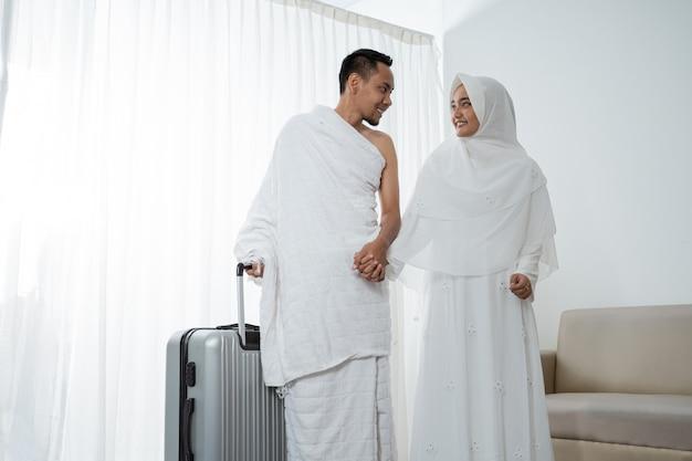 イスラム教徒の夫婦、メッカ巡礼の準備ができている妻と夫