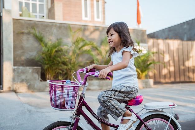 子供は屋外で自転車に乗って楽しむ