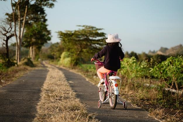 自転車に乗る子供の背面図
