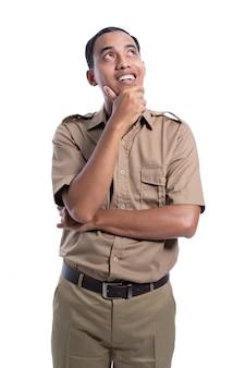 カーキ色の制服思考を身に着けている幸せなアジア男