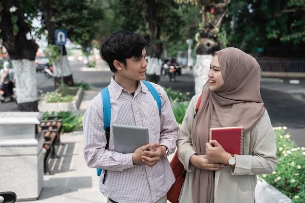 街を歩いてアジア学生の同僚