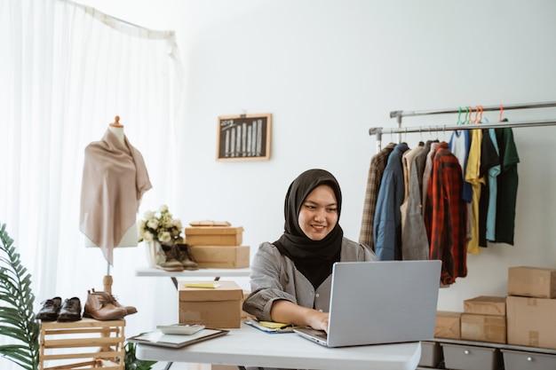 ヒジャーブの作業を持つ若いイスラム教徒の女性