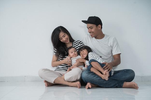 Счастливые азиатские семьи носить повседневную одежду