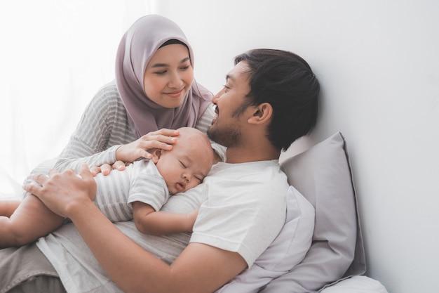 かわいい赤ちゃんと幸せなイスラム教徒の家族