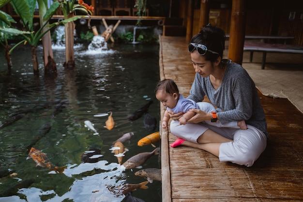 母親と赤ちゃんは魚を見ます