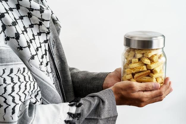 Мусульманский жест рукой держит настар