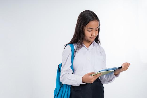 Девушка младший школьник с помощью планшетного пк