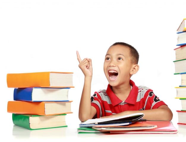 コピースペースを指す幸せなうれしそうな小さな男の子の肖像画