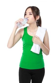 フィットネス女性飲料水を笑顔