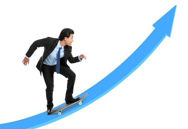 Руководитель на скейтборде идет вверх по графику