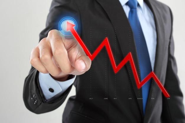 Бизнесмен перетащить растущую стрелку на смартфон