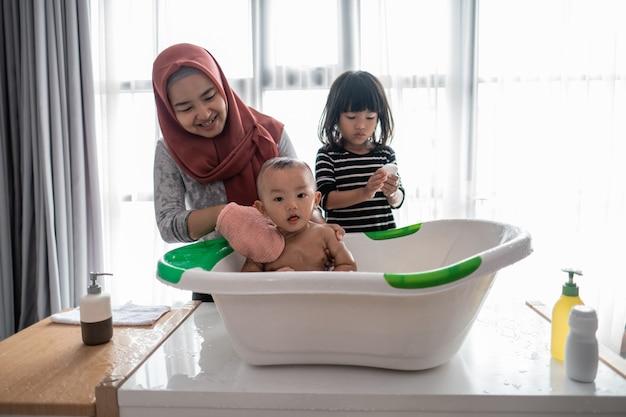 男の子と母親と妹と一緒にお風呂に入る
