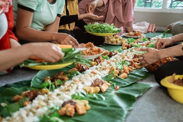 Яванская традиционная еда положена на банановом листе