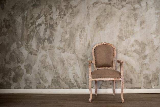 Старинное кресло возле стены