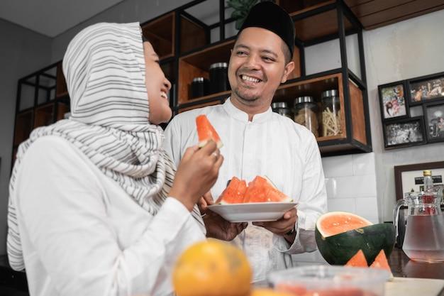 Пара готовит фруктовый обед