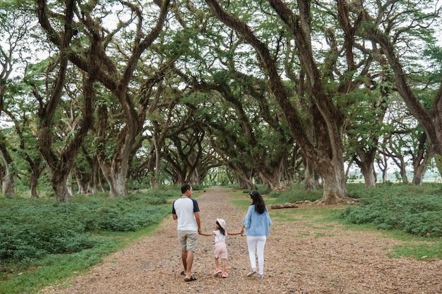 Отец, мать и двое детей гуляют вместе