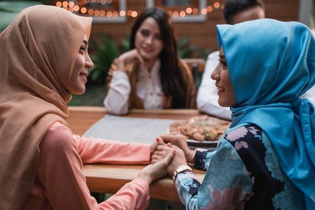 Друзья собираются насладиться ифтаром