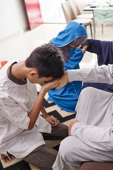 アジアのイスラム教徒の親がイドゥルフィトリイードムバラクで手を振る