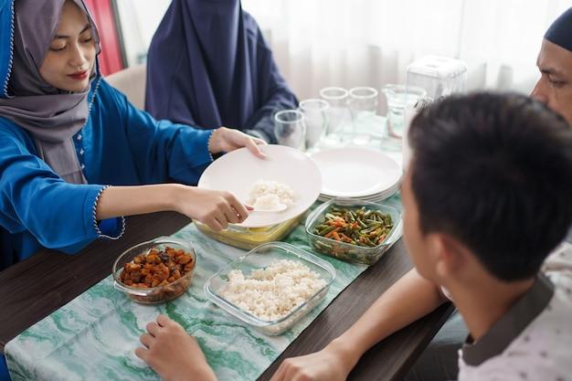 イスラム教徒の家族が料理を提供する母親