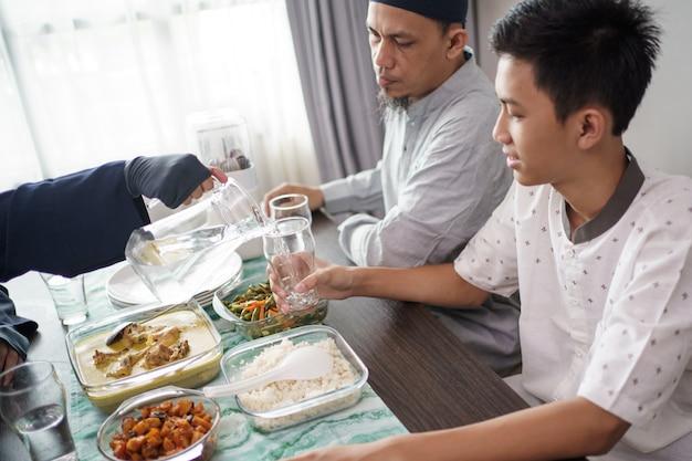イスラム教徒の父と息子が一緒に夕食を食べる