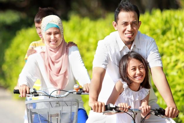 バイクと屋外の家族