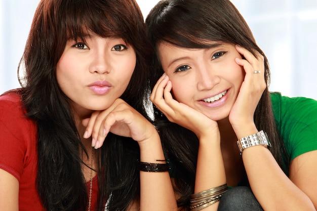 Две девушки улыбаются