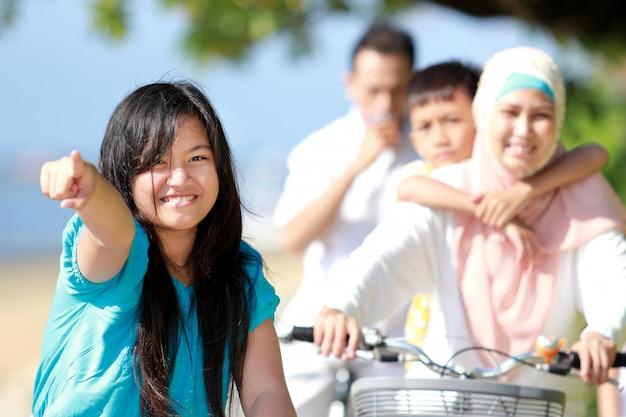 Молодая девушка со своей семьей