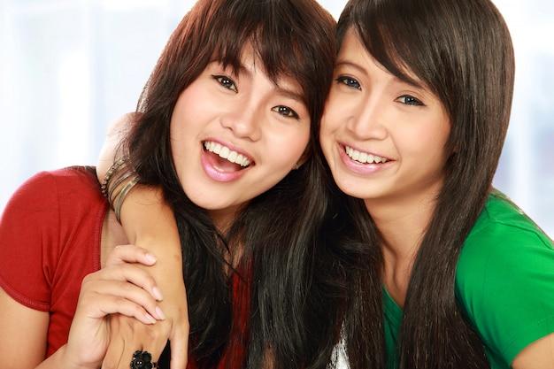 Две девочки-подростки позируют