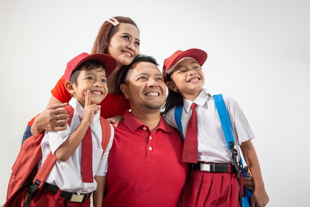 カメラに笑顔の制服を着ているインドネシアの学生