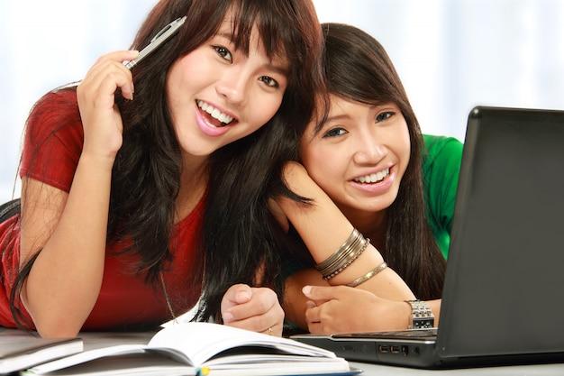 Улыбающиеся студентки