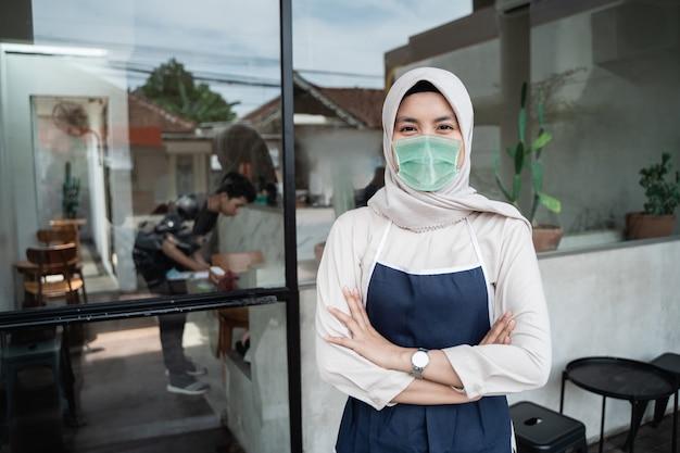 Мусульманские работники кафе носят маски