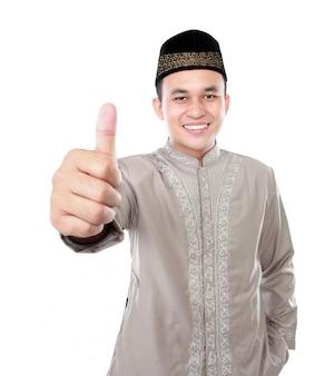 親指を現して笑顔のアジアのイスラム教徒の男性
