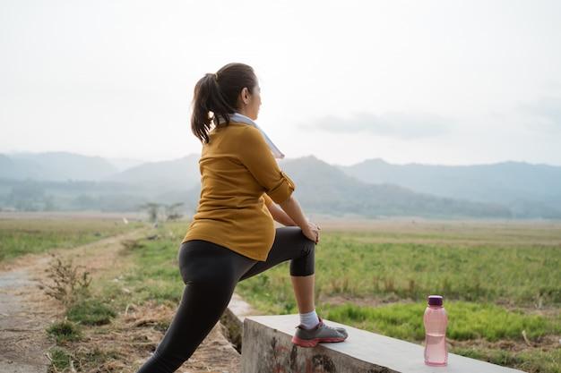 Здоровый спорт беременной женщины на открытом воздухе