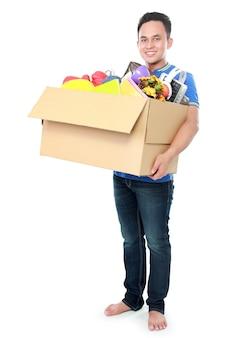 Человек с картонной коробкой