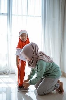 Мать помогает дочери готовить школу