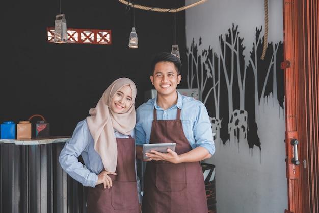 Деловые партнеры открывают свою кофейню