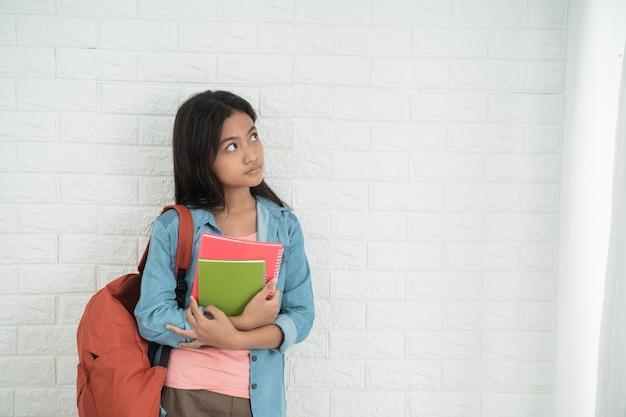 Азиатский подросток студент смотрит вверх