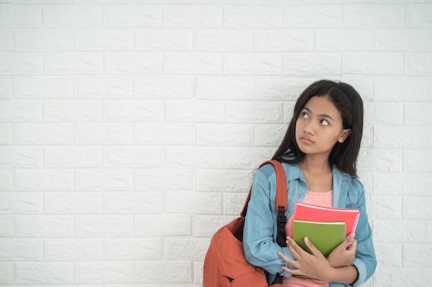 Студент-подросток стоит