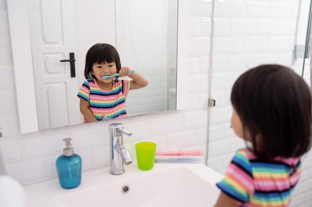 Малыш самостоятельно чистит зубы