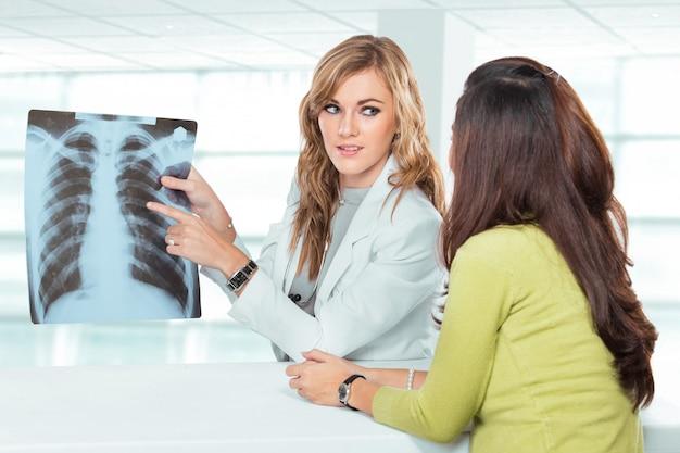 彼女の女性患者に診断を説明する若い女性医師