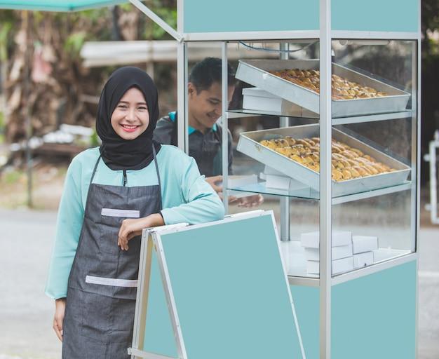 Азиатский мусульманский владелец малого бизнеса и ее ларек