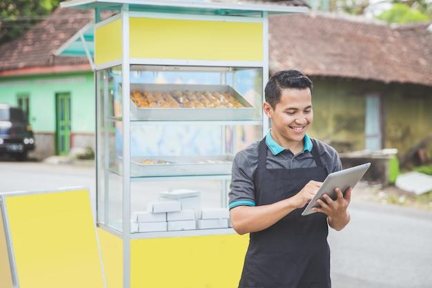 Азиатский владелец бизнеса с помощью планшетного пк
