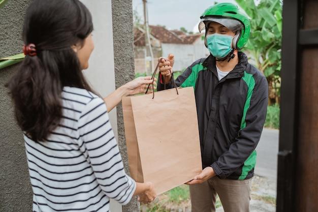 Улыбающиеся женщина получает доставку продуктов на дом
