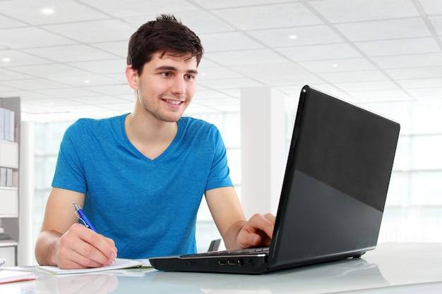 Студент колледжа, используя свой ноутбук