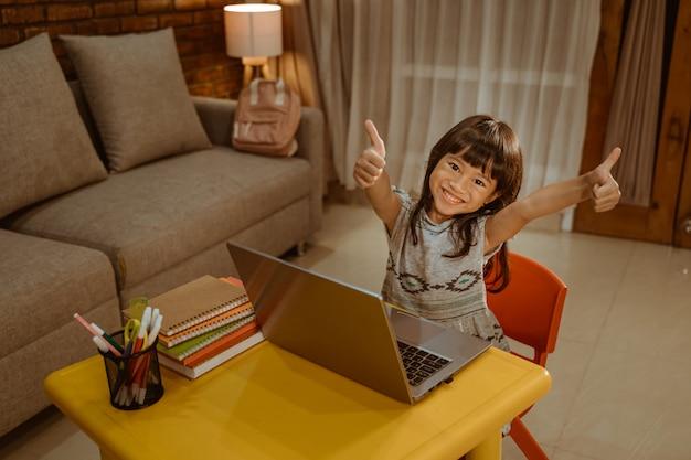 宿題をしながら親指を立てる